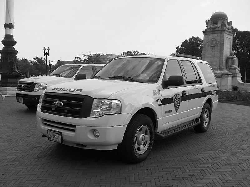 파일:800px-Amtrak_Police_SUV_Dog_Unit_Washington-400.jpg