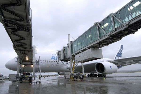 파일:external/www.airport-technology.com/1-glass-jetway.jpg
