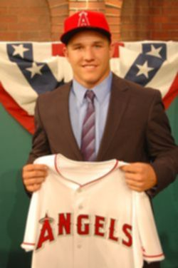 파일:external/www.gentlemensguideoc.com/mike-trout-signed-for-the-angels.jpg