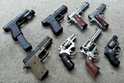 파일:external/upload.wikimedia.org/Handgun_collection.jpg