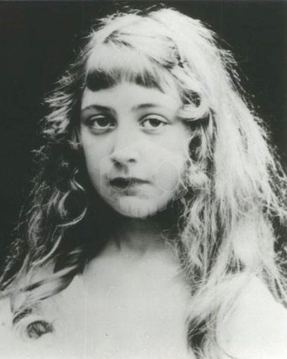 파일:external/upload.wikimedia.org/Agatha_Christie_as_a_child_No_1.jpg