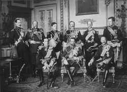 파일:external/upload.wikimedia.org/The_Nine_Sovereigns_at_Windsor_for_the_funeral_of_King_Edward_VII.jpg