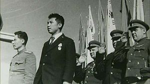 파일:external/upload.wikimedia.org/300px-Soviet_military_advisers_attending_North_Korean_mass_event.jpg