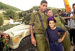 파일:external/upload.wikimedia.org/800px-Flickr_-_Israel_Defense_Forces_-_Bedouin_Soldier_with_Schoolchild.jpg