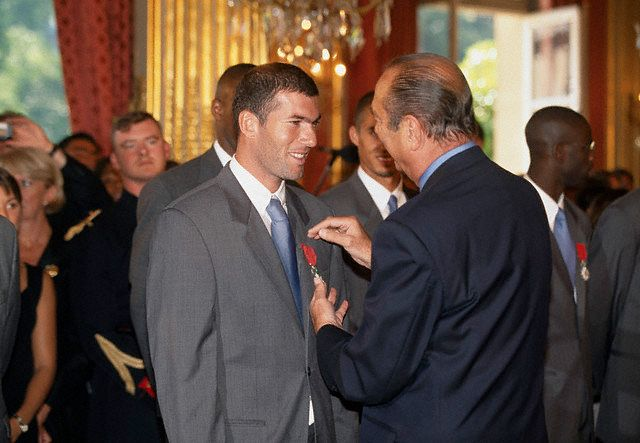 파일:external/www.tarafdari.com/french-soccer-player-zinedine-zidane-receiving-the-legion-dhonneur-decoration-from-french-president-jacques-chirac-at-the-elysee-palace.-1998.jpg