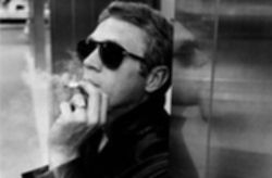 파일:external/www.sharperliving.co.uk/Steve-McQueen-in-Persol-Classic-714s-with-a-Cigarette.jpg