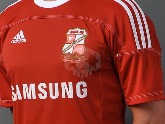 파일:external/www.footballkitnews.com/Swindon-Town-Home-Shirt-2011.jpg