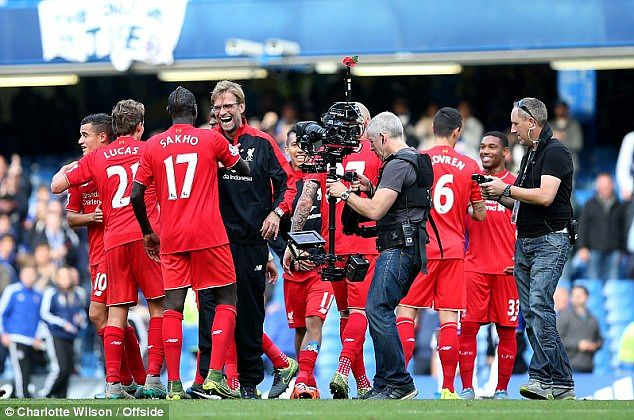 파일:external/i.dailymail.co.uk/2DF96B8900000578-3298090-Klopp_celebrates_a_fine_victory_with_his_players_on_the_Stamford-a-94_1446304475284.jpg