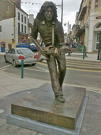 파일:external/media-cdn.tripadvisor.com/rory-gallagher-statue.jpg