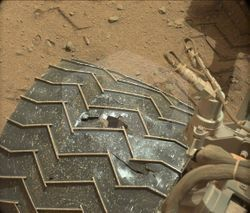 파일:external/www.space.com/curiosity-wheel-damage.jpg