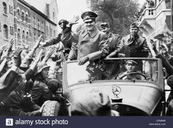 파일:external/c8.alamy.com/adolf-hitler-and-julius-schaub-back-in-berlin-after-their-troop-visit-CPMN69.jpg
