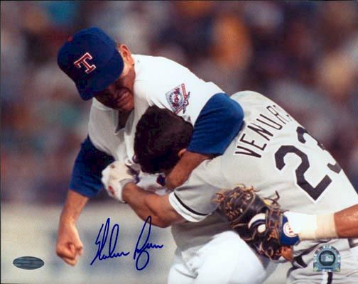 파일:external/throughthefencebaseball.com/nolan-ryan-headlock-robin-ventura1.jpg
