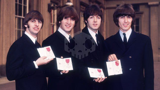 파일:external/www.hollywoodreporter.com/Beatles_Royal_Honor_Queen.jpg