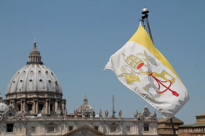 파일:external/www.catholicnewsagency.com/A_view_of_St_Peters_Basilica_1_and_Vatican_City_flag_from_the_roof_of_a_nearby_building_on_June_5_2015_Credit_Bohumil_Petrik_CNA_6_5_15.jpg
