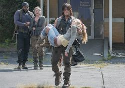 파일:the-walking-dead-episode-508-daryl-reedus-beth-kinney-935.jpg