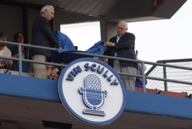 파일:Sandy-Koufax-Tommy-Lasorda-Vin-Scully-Ring-of-Honor-.jpg