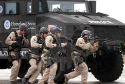 파일:ICE_HSI_Special_Response_Team_(SRT)_training_using_armored_vehicle.jpg